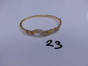 1 Bracelet en or rigide et ouvrant motif central ornée de petites pierres (cabossé, Diamètre 6,5cm). PB 7,8g