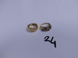 2 Bagues en or (1 à décor de 2 coeurs ornés de petites pierres, 5 chatons vides, Td48)(1 ornée de pierres bleues et blanches, soudure bas-titre, Td51). PB 7,1g