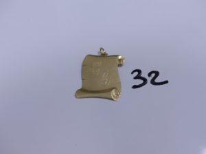 1 Pendentif plaque en or gravé. PB 4,9g