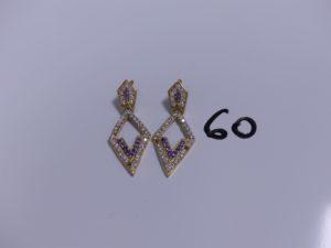 1 Paire de pendants en or ornés de nombreuses pierres (3 chatons vides). PB 7,5g