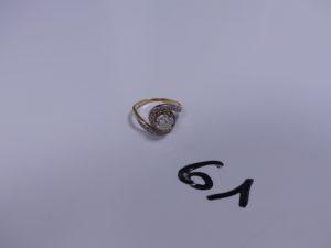 1 Bague tourbillon en or et platine serti-griffes d'un diamant taille ancienne (environ 0,90 carats) entouré de petits diamants taille rose (Td55). PB 3,8g