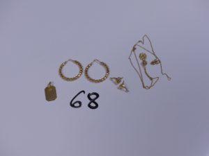 2 Paires de boucles en or (2 créoles à décor de petites boules)(2 à décor d'un dauphin); 1 chaîne fine en or motif central à décor d'un scarabé cabossé (noeud) et 1 pendentif plaque en or gravé. PB 7,6g