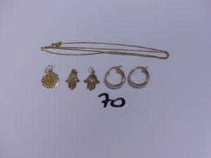 1 Chaîne en or maille gourmette (L48cm), 2 pendentifs en or à décor d'une main, 1 pendentif en or ouvragé et 1 paire de créoles en or bicolore. PB 6,9g