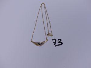 1 Collier en or motif central bicolore orné de 3 petites pierres bleues (L40cm). PB 3,3gg