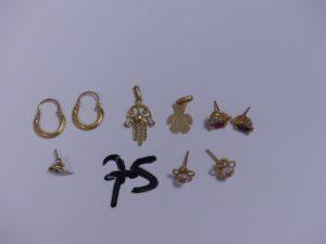 2 Pendentifs en or (1 à décor d'un ourson)(1 à décor d'une main) et 7 boucles en or (2 créoles)(2 à décor floral orné d'une pierre rose, tige tordue, manque un système)(2 ornées d'une petite pierre rouge et d'une pierre blanche, manque systèmes)(1 bicolore ornée de 2 petites pierres vertes, tige tordue). PB 4,8g