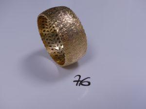 1 Bracelet en or rigide et large à décor floral (petites soudures bas-titre, Diamètre 6,5cm). PB 39,7g