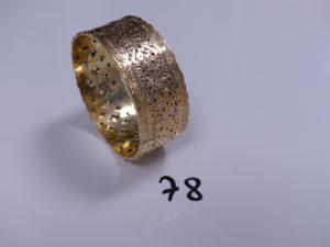1 Bracelet esclave en or rigide et ouvragé (Diamètre 7cm). PB 42,6g