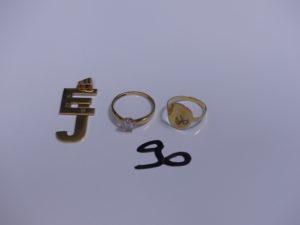 """2 Bagues en or (1 chevalière pour enfant, Td48)(1 réhaussée d'une pierre blanche, Td53) et 1 pendentif en or en forme de lettres """"EJ"""". PB 6,7g"""