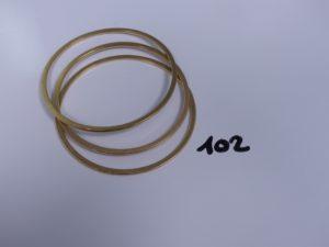 3 bracelets joncs plats sur les bords en or (diamètre 6,5cm). PB 42,1g