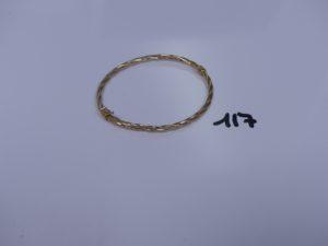 1 bracelet rigide creux et torsadé ouvrant en alliage 9K (diamètre 5,5/6,5cm). PB 2,8g