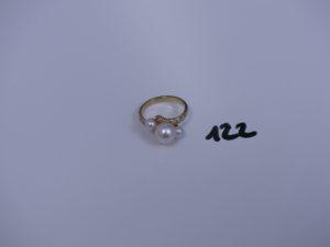 1 bague en or rehaussée de 3 perles épaulée de petites pierres (td53). PB 3,9g
