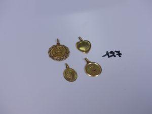 1 pendentif coeur cabossé, 1 médaille d'amour, 1 médaille de la Vierge et 1 pendentif ouvragé signe du Sagittaire. Le tout en or PB 11,3g
