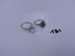 2 bagues en or (1 rehaussée d'une pierre blanche td54 et 1 ornée d'une pierre verte entourage petits diamants td48). PB 7,5g