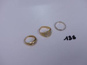 1 bague ornée d'un petit diamant (td49), 1 bague cassée et 1 alliance (td54). Le tout en or PB 8,5g