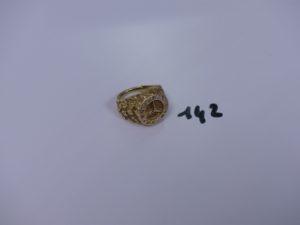 1 chevalière en or décor central sigle Mercedes entouré de petites pierres (td53). PB 8,8g