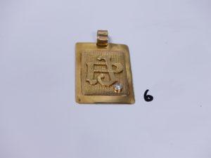 1 grand pendentif plaque en or orné d'une petite pierre, initiales gravées (H6cm). PB 50,4g