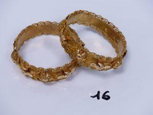 2 bracelets rigides en or ornés de motifs filigranés (diamètre 6,5cm, très abîmés). PB 63,2g