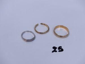 1 bague en or ornée de petits diamants (Td53) et 2 alliances en or (1 cassée,Td65). PB 9,5g
