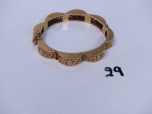 1 bracelet rigide articulé ouvrant en or à décor floral (monture ajourée, 1 peu abîmé, diamètre 5,5/6,5cm). PB 28,1g