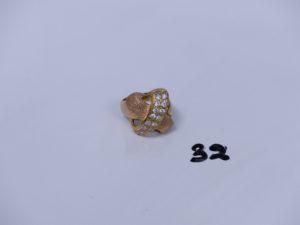1 bague en or poli et granité à décor floral et orné de petites pierres (monture cassée, Td56). PB 9,3g
