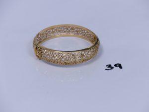 1 bracelet rigide, ouvrant, monture ajourée en or (diamètre 6,5cm). PB 21,2g