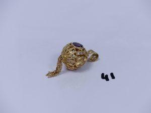 1 pendentif boule en or orné de pierres et de motifs en pampille. PB 15,9g
