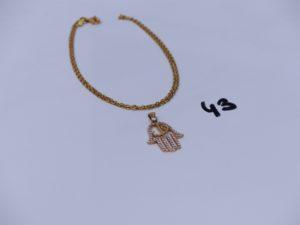 1 chaîne maille forçat en or 22K motif central à décor d'une main en or 21K et ornée de petites pierres (L46cm).PB 7,8g