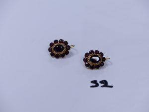 1 paire de boucles en or ornées de pierres couleur grenat. PB 9,1g