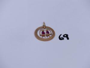 1 pendentif en or motif central mobile orné de 2 petites pierres. PB 3,9g