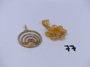 2 pendentifs en or (1 à décor d'une spirale ornée d'une petite pierre)(1 à décor floral). PB 13,9g
