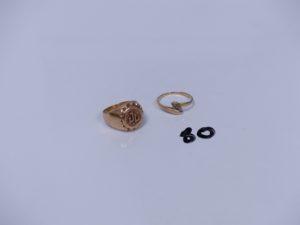 1 chevalière en or initiales JL gravées (Td52) et 1 bague en or ornée de 2 petites pierres (Td51).PB 5,2g