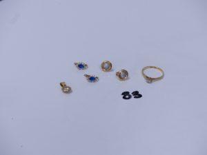 1 pendentif en or orné d'un petit diamant, 1 bague en or ornée d'un petit diamant (Td55) 2 boucles en or ornées d'une petite pierre bleue entourage pierres blanches (1 chaton vide) et 2 boucles en or ornées de petits diamants. PB 6,1g