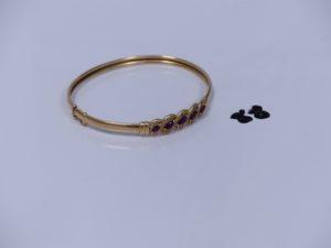 1 bracelet rigide ouvrant en or motif central orné de 5 pierres rouges et de petits diamants (diamètre 5,5/6cm). PB 9,4g