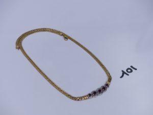1 collier maille anglaise en or (un peu abîmé) motif central bicolore orné de petits diamants et de 5 petites pierres rouges (L39cm). PB 11,7g