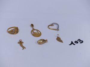 1 bague monture ouvragée et 1 pendentif de la Mecque. Le tout en or 21K. PB 4,7g et 4 pendentifs en or (1 coeur bicolore, 1 ballon, 1 demi-coeur, 1 carte d'Italie). PB 3,1g