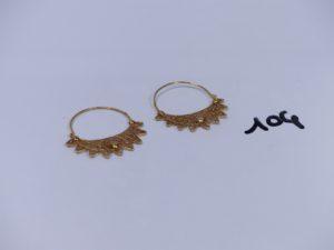 1 paire de boucles en or à motifs filigranés. PB 3,9g