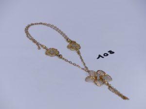 1 collier en or orné de 3 motifs à décor floral bicolore et de 3 petites pierres (L52cm). PB 13,9g