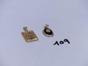 2 pendentifs en or (1 ouvragé)(1 style Versace). PB 6,9g