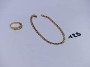 1 bague en or ornée de petites pierres (Td55) et 1 bracelet maille haricot très abîmé en or (L20cm, fermoir à réparer). PB 6,4g
