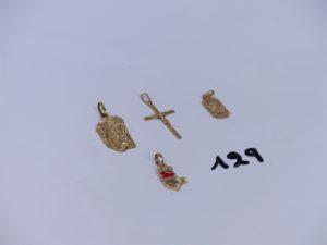 1 pendentif tête du Christ en or, 1 médaille en or, 1 Christ sur croix en or, 1 pendentif en or à décor de Winnie l'ourson (émaillé). PB 6,3g