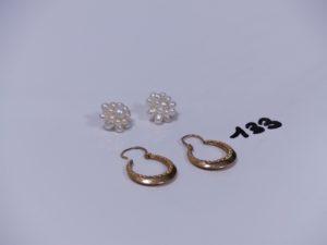 2 créoles ciselées en or et 2 boucles en or avec perles baroques. PB 4,3g