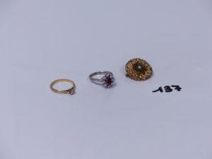 1 bague en or ornée d'une pierre rouge entourage petits diamants (Td55) 1 bague en or ornée d'un petit diamant (Td55) 1 broche en or à décor floral ornée d'une petite perle. PB 8g