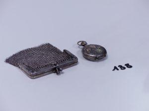 1 montre de poche en argent (cassée) et 1 porte monnaie en argent. PB 48,5g