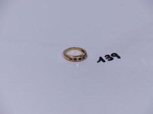 1 bague en or ornée de 5 pierres rouges et 4 petits diamants (Td53). PB 5g