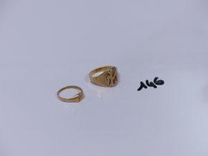2 chevalières en or (1 avec initiales gravées Td61)(1 ouvragée Td51). PB 6,5g