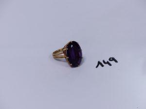 1 bague en or rehaussée d'une grosse pierre violette (Td55). PB 13,9g