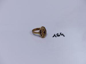 1 bague de forme marquise en or ornée de petites pierres rouges et petits diamants (Td61). PB 7,1g