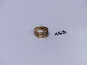1 bague 3 rangs 3 ors ornée de 8 petits diamants (Td63). PB 8,3g