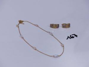 1 collier en or orné de 7 petites perles baroques (L40cm) et 2 boucles en or bicolores ornées de petites pierres (1 chaton vide). PB 7,6g