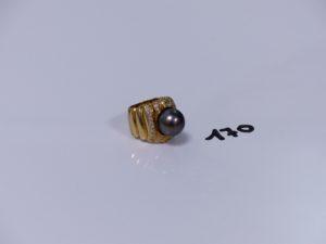 1 grosse bague en or rehaussée d'une perle grise entourage petits diamants (Td53). PB 20,5g